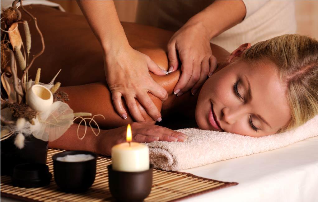vrouw geniet van massage