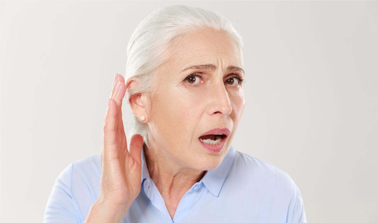 oudere vrouw kan moeilijk horen